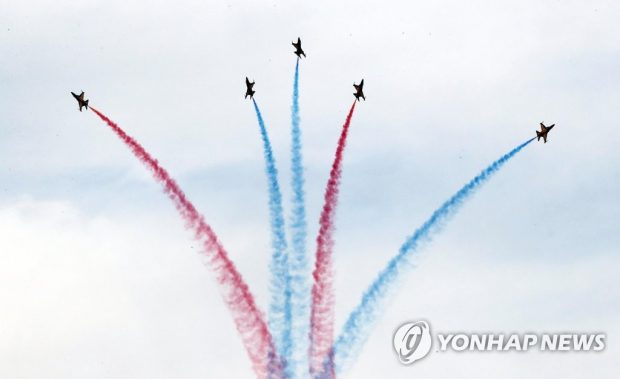 The South Korean Air Force's Black Eagles performs an air show in Busan on Nov. 10, 2019, during a welcoming ceremony for South Korea's special summit with the Association of Southeast Asian Nations (Yonhap)