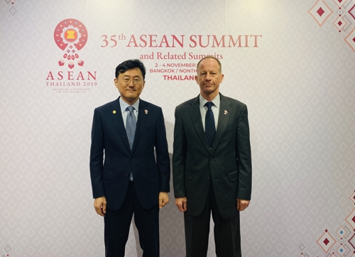 This photo, provided by Seoul's foreign ministry on Nov. 2, 2019, shows Yoon Soon-gu (L) and Stilwell ahead of their talks on the sidelines of the East Asia Summit in Bangkok. (Yonhap)