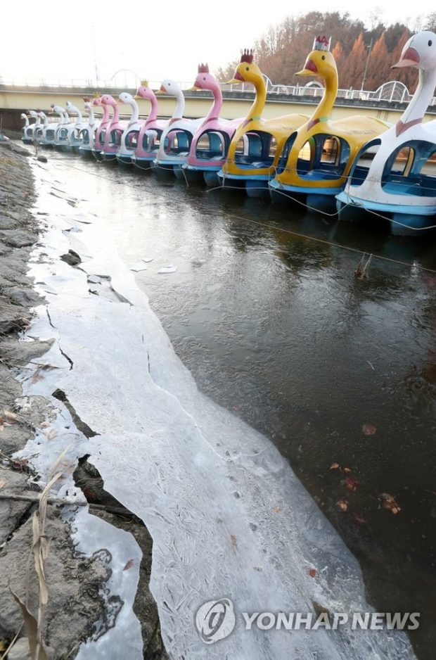 Duck-shaped pleasure boats are docked on the frozen Gongji Stream in the city of Chuncheon, 85 kilometers northeast of Seoul, on Dec. 6, 2019, as South Korea experienced the coldest temperatures so far this winter, with the mercury dropping to minus 11.1 C in the region. (Yonhap)