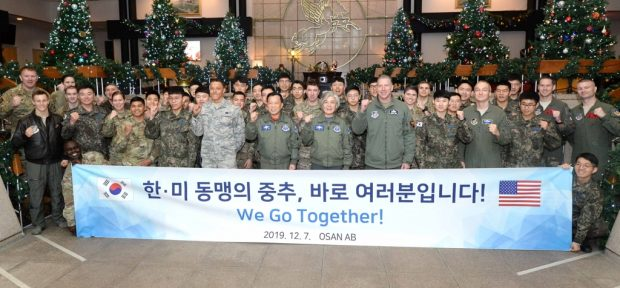 Foreign Minister Kang Kyung-wha and South Korean and U.S. troops pose for a photo at Osan Air Base in Pyeongtaek (Yonhap)