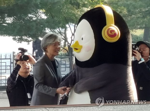 Pengsoo shakes hands with South Korea's Foreign Minister Kang Kyung-wha at the ministry's headquarters in central Seoul on Nov. 6, 2019. (Yonhap)