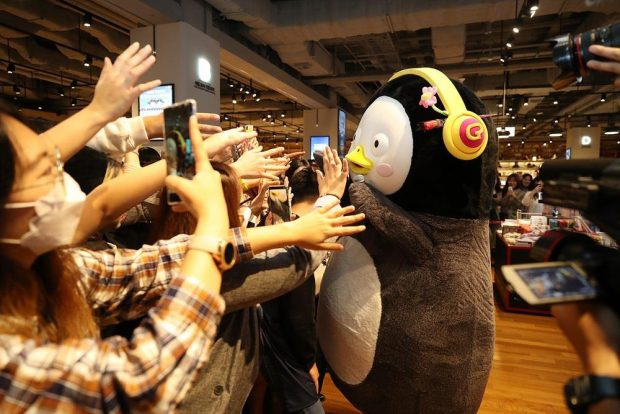 This photo, provided by Educational Broadcasting System, shows Pengsoo greeting fans at a fan meeting in the southeastern port city of Busan on Oct. 26, 2019. (Yonhap)