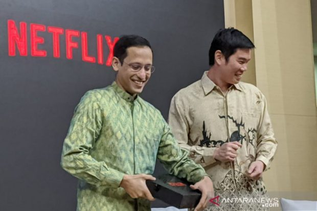 Makarim, with the Managing Director of Netflix Asia Pacific during a press conference on their partnership in Jakarta (Antara)
