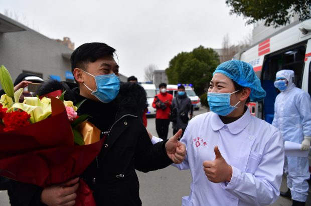 A patient, previously infected with the novel coronavirus, is discharged on Feb. 6 from the Second People's Hospital in Fuyang, east China's Anhui province. Four patients were discharged from the hospital on the same day, marking the second batch cured by the hospital. (Photo by Dai Wenxue/ People's Daily Online)