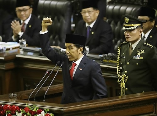 """Jokowi Dodo, the Indonesian president, has clasped his fists as he shouted """"freedom"""" during his inauguration. <Photo = Yonhap News"""