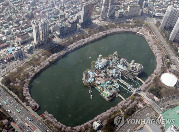 Seokchon Lake Park in southeastern Seoulwith its cherry blossom trees in full bloom (Yonhap)