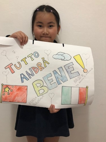 Hu Guohua, a Chinese child living in Bologna, shows her artwork.  (Courtesy of Chinese youth volunteers in Bologna)
