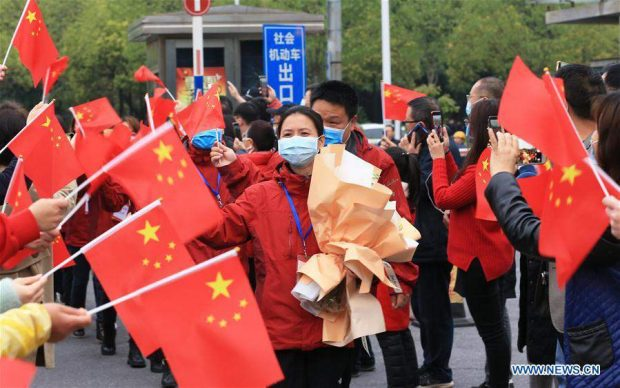 People greet 17 medics supporting virus-hit Hubei Province as they come back to work at the Second Affiliated Hospital of University of South China in Hengyang, central China's Hunan Province, April 5, 2020. These medics returned to their positions on Sunday after undergoing quarantine and rest. (Xinhua)