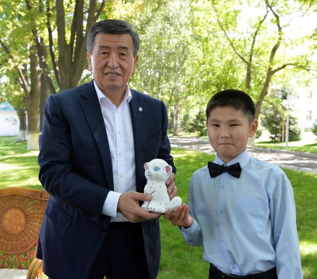 President Jeenbekov receivng a gift from (Kabar)