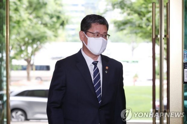 Unification Minister Kim Yeon-chul arrives at his office in Seoul on June 19, 2020. (Yonhap)