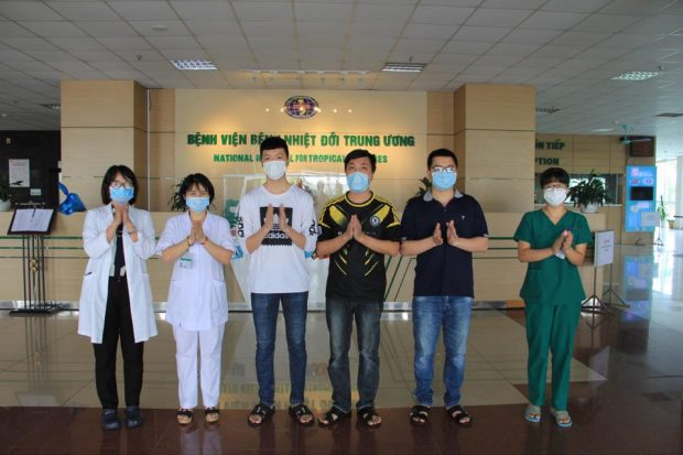 Three COVID-19 patients are discharged from the Hanoi-based National Hospital for Tropical Diseases on June 5. (Photo supplied by the hospital.)
