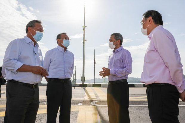 Malaysian, Singaporean officials meet at the border line between the two countries (Twitter Dr Vivian Balakrishnan)
