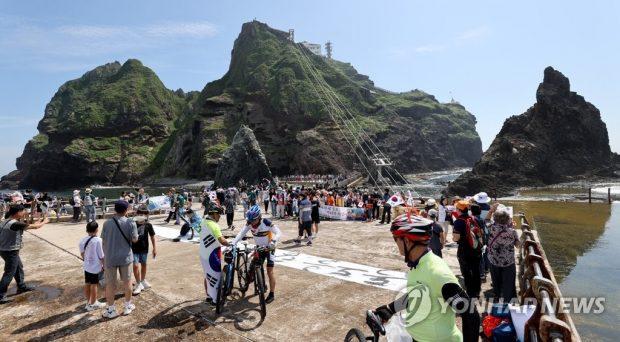 Visitors enjoying their trip to Dokdo (Yonhap)