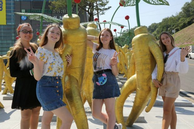 Foreigners enjoying the '2019 Geumsan Ginseng Festival'