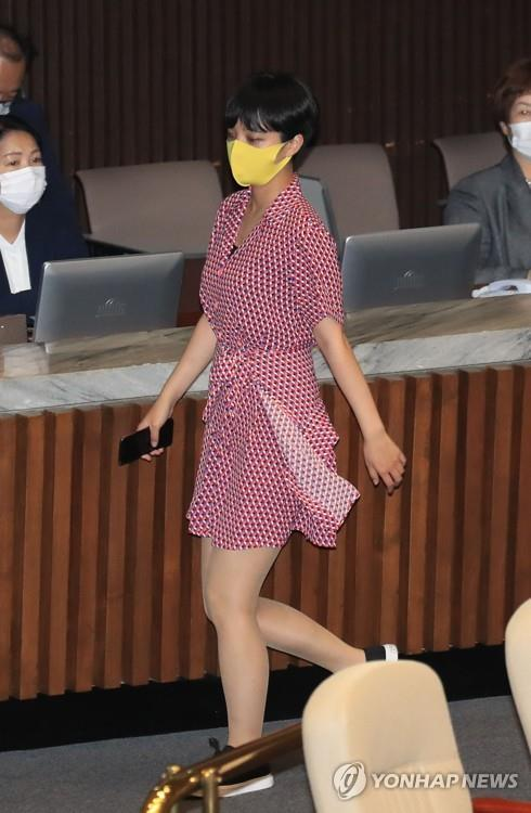 Wearing a red dress, Rep. Ryu Ho-jeong walks down an aisle during the National Assembly's plenary session on Aug. 4, 2020. (Yonhap)