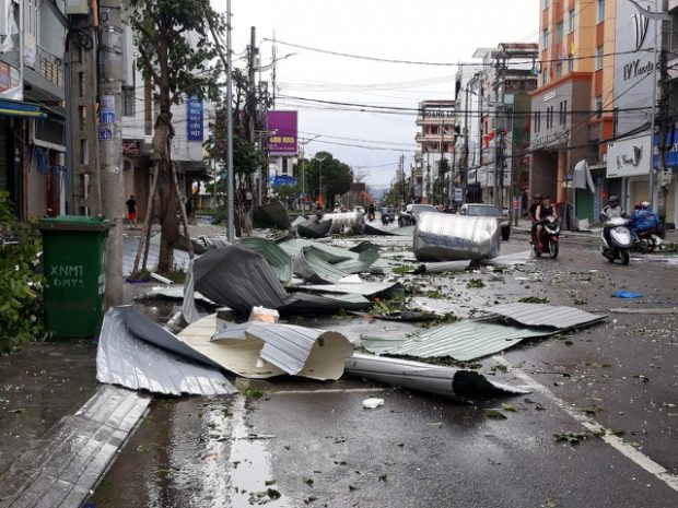 A street in Quang Ngai Province was left in a mess after the storm. Photo by Dantri..