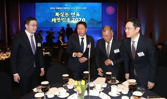 The heads of the four major conglomerates sitting at the same table at the New Year's greeting session held by the government at the Korea Chamber of Commerce and Industry in Jung-gu, Seoul last January.  From right, Samsung Electronics Vice Chairman Lee Jae-yong, Hyundai Motor Group Chairman Chung Eui-sun, SK Group Chairman Choi Tae-won and LG Group Chairman Koo Kwang-mo. [Blue House press corps]