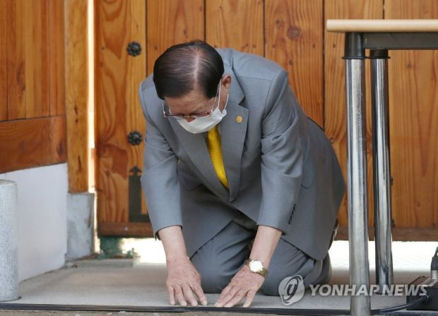 Lee Man-hee, founder and leader of the Shincheonji Church of Jesus, Temple of the Tabernacle of the Testimony, bows ahead of a news conference at his villa in Gapyeong, 60 kilometers northeast of Seoul, on March 2, 2020. The religious sect has been at the center of the new coronavirus outbreak in South Korea. (Yonhap)