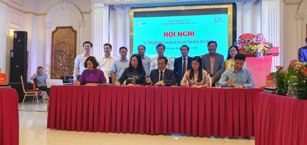 Delegates sign tourism co-operation agreements at the Hung Yen Tourism Promotion Conference