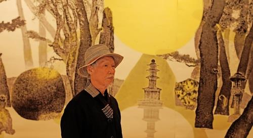 This photo, provided by the Gyeongju World Culture Expo, shows Park Dae-sung standing in front of his artwork. (Yonhap)