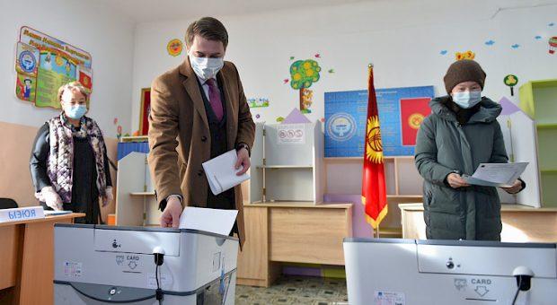 A voter casting his ballots (Kabar)