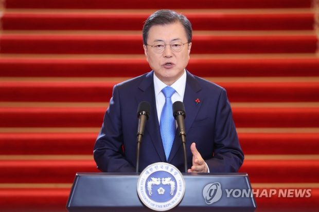 """(ATTN: UPDATES with more remarks, background info in paras 6-7, 13-16; ADDS photo) By Lee Chi-dong SEOUL, Jan. 11 (Yonhap) -- President Moon Jae-in said Monday that the government will provide all South Korean people with free-of-charge COVID-19 vaccines in phases starting next month. """"(The government) will make sure that all of the people will be inoculated free of charge in accordance with priorities,"""" he said in his New Year's address, assuring that inoculation will begin in February. Having signed contracts with some foreign vaccine makers, South Korea expects the first-batch delivery of products within the coming weeks. Moon also cited the ongoing process of reviewing the effectiveness and safety of a treatment developed by a South Korean firm and promised to make public all relevant procedures transparently. """"(The government) will continue to encourage South Korea's own vaccine development"""" as part of efforts for """"vaccine sovereignty"""" and global health care cooperation, he added in the televised 26-minute speech. President Moon Jae-in delivers his New Year's address at Cheong Wa Dae in Seoul on Jan. 11, 2021. (Yonhap)"""