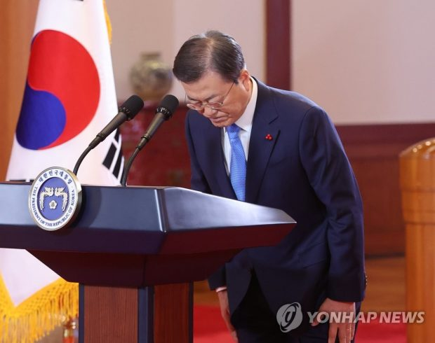 President Moon Jae-in bows after delivering his televised New Year's address at Cheong Wa Dae in Seoul on Jan. 11, 2021. (Yonhap)