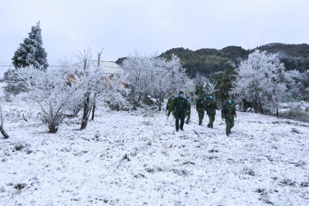 Military-officers-patrol-in-snowy-weather-in-Lao-Cai-Provinc