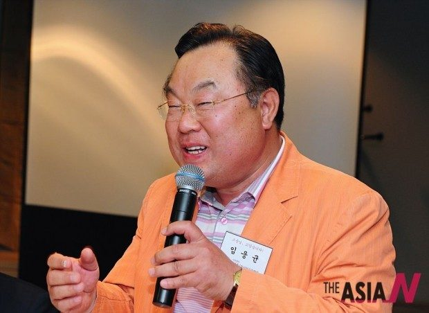 Professor Yim Ung kyun greeting at the 'The teacher in my memory' event hosted by Asia Journalist Association. His remarkable singing and eloquent verbal expressions are the result of formidable reading, gigantic efforts and wide experiences. He has been showing off an elegant singing style at every event hosted by AJA