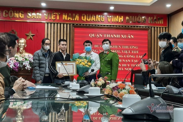 Mr. Nguyen Ngoc Manh was awarded a certificate of merit by the authorities for his courageous actions to save lives