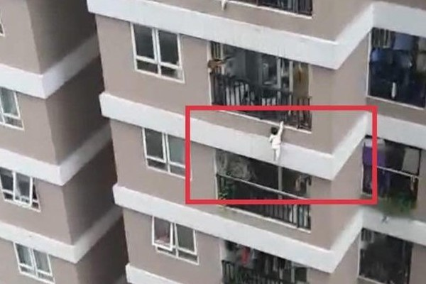 The image of a girl falling from the 12th floor of the apartment building was saved by Mr. Nguyen Ngoc Manh (Vietnam)