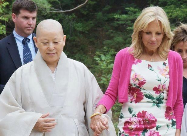 Jill Biden, Gye-ho, the Governor of Jingwansa, holding hands