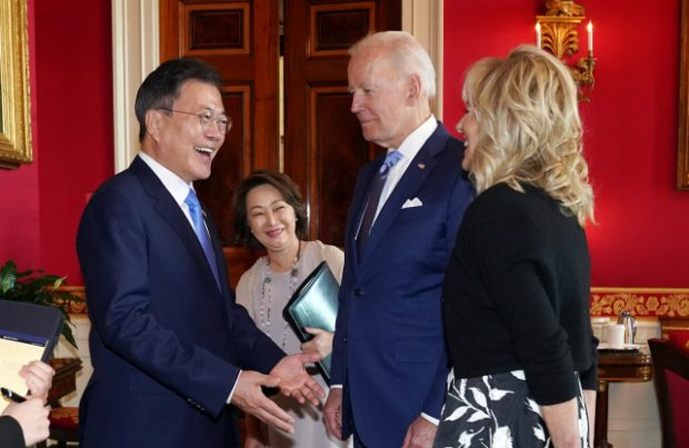 """President Moon Jae-in is smiling face to face after passing the photo album prepared at Jingwansa to Mrs. Jill Biden. President Joe Biden introduced himself to President Moon and said, """"This is Jill Biden's husband, Joe Biden."""""""