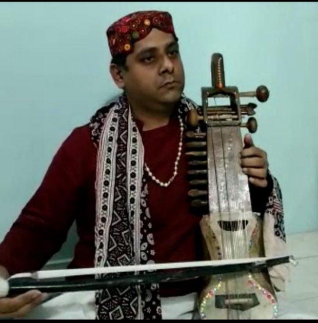 Rajesh Kumar Parasramani playing Sindhi Sarangi – Sindh Courier