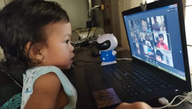 A young learner attends an online class in the Philippines. Copyright: Minette Rimando/ILO, (CC BY-NC-ND 2.0).