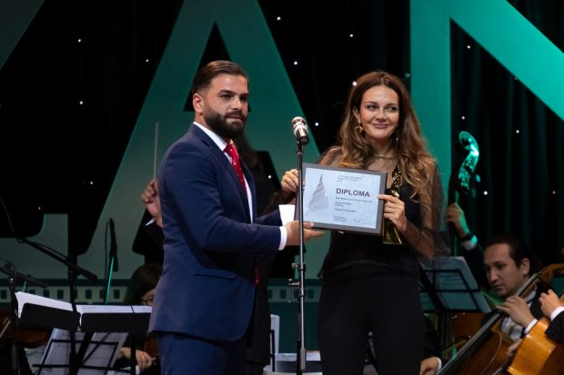 Almohannad Kalthoum, Syria, jury member gives the prize of Best Feature Film Director