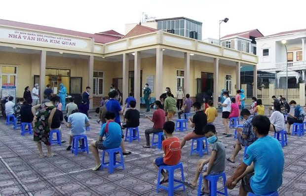 Take samples for testing people in residential groups 4, 5, 7, Viet Hung ward, Long Bien district.